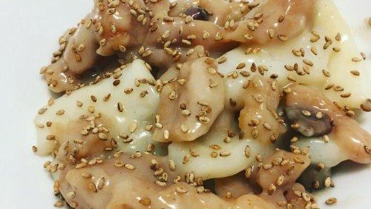 preview della video ricetta: Strozzapreti con acqua di pomodoro, totani, olive taggiasche e semi di sesamo tostati